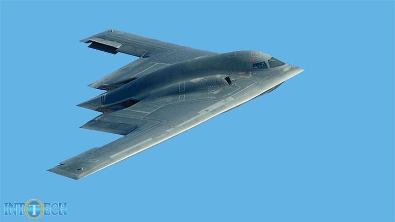 هواپیمای بمبافکن که بخش زیادی از بدنهی آن از فیبر کربن تشکیل شده است.